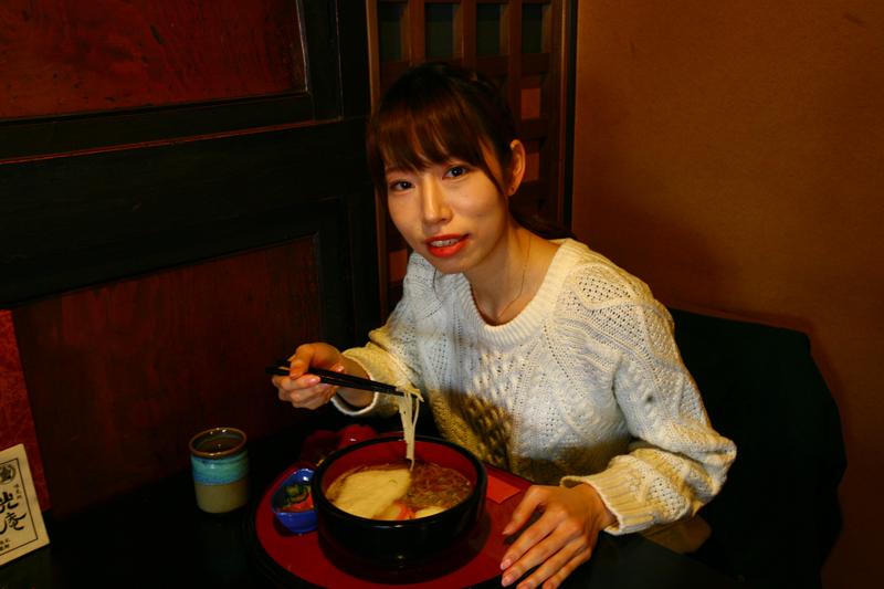 白石市内の「光庵」で温麺を食べる詞美さん