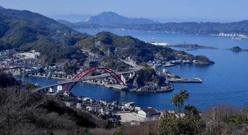 呉市本土側から望む音戸町。二つの赤い大橋でつながっている