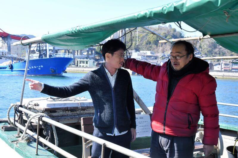 数田さん(左)が高校生の頃、花本さんが船頭に。渡船を未来に残したい気持ちは強い