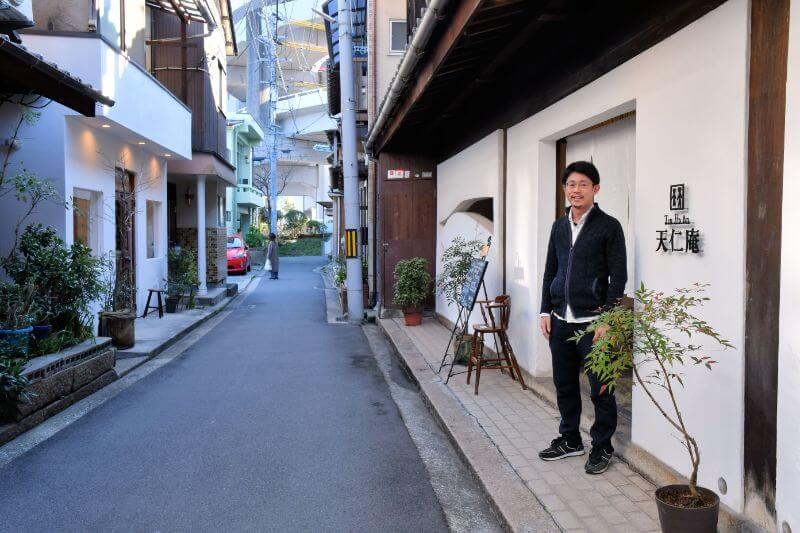 古い町並みの残る旧道にある「天仁庵」。向かいにはケーキ屋さんも。