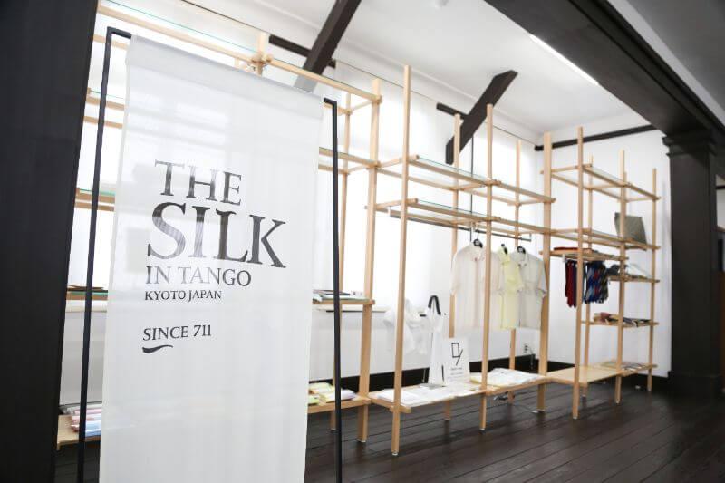 旧加悦町役場庁舎に設置されている「丹後シルク製品製品常設展示・販売スペース」にはKUSKAの商品も陳列されている