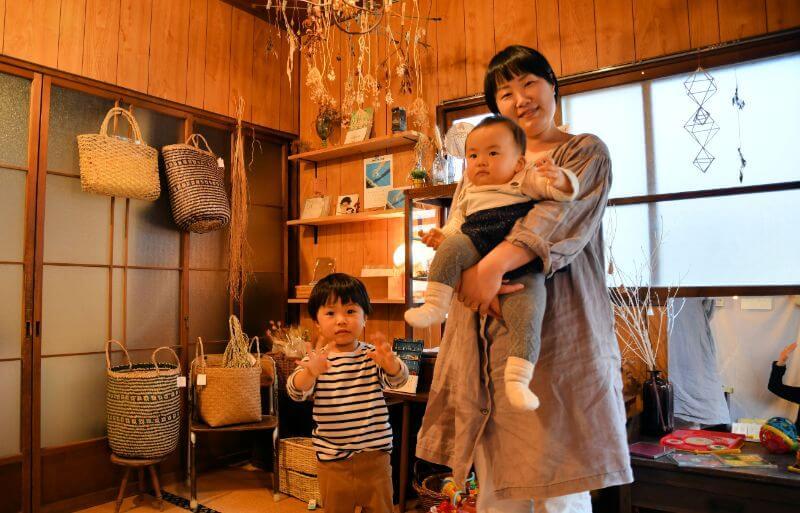 土日のオープン時には二人の子どもと一緒にお店で過ごす山本さん