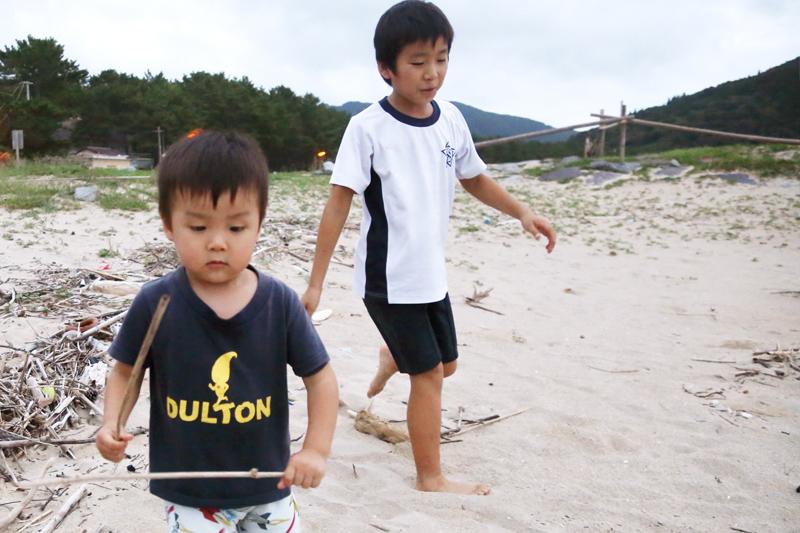 砂浜で裸足のまま遊ぶ