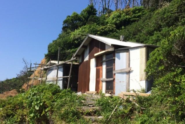 ヘッダー三重県 海のそばに建つ小屋_re