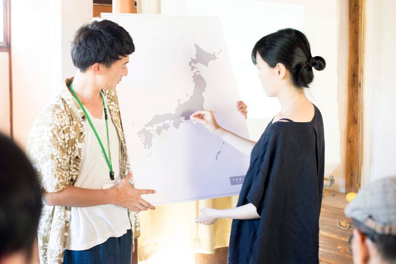 日本地図のパネルに、ゆかりのある半島のピンを刺す参加者
