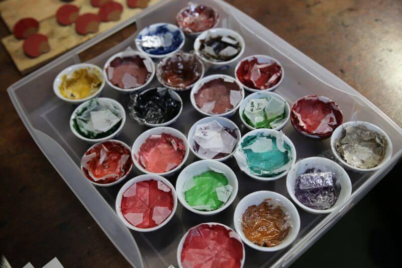 漆芸に使う漆。赤や黒だけでなくカラフルな色が揃う