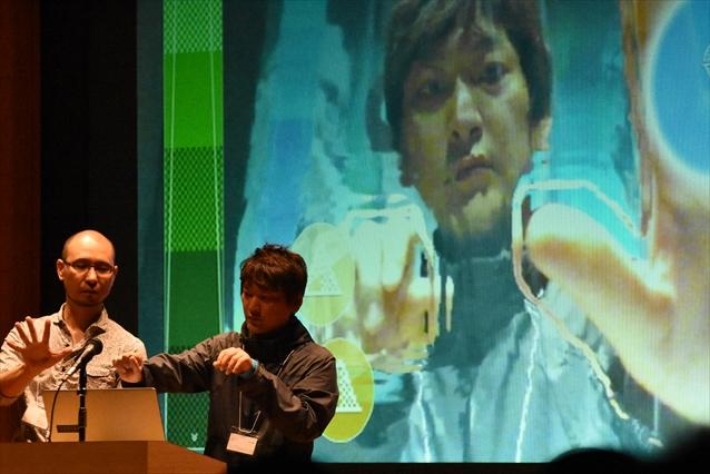 左から、「KAGURA for PerC」を実演する中村(俊)氏と、それを試す中村(洋)氏