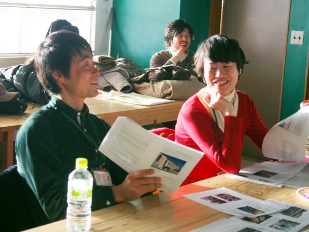市民ライターの記事に目を通す講師の2人