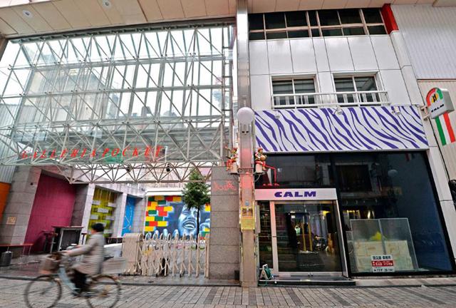 契約した物件は元ファッションビル。空き店舗が増えていた商店街は人通りもまばらになっていた(提供:福井新聞社)