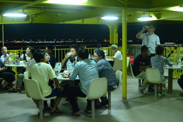 東京の街の夜景を眺めながらの交流が続く