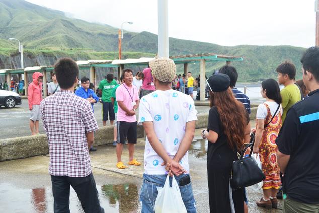 港に集合する参加者