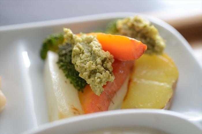 バジルソースを使った温野菜サラダ