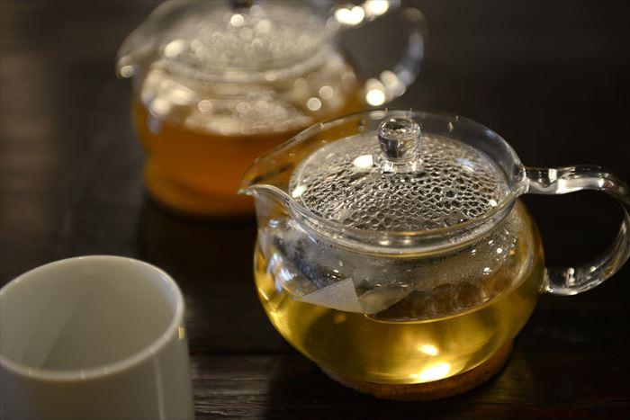 サービスドリンクの柿の葉茶とごぼう茶