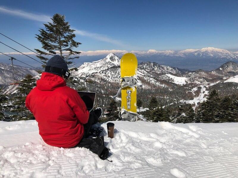 美しい山並みを眺めながらスキー場で仕事をする