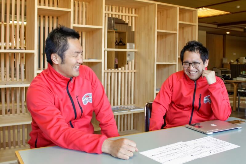 フリースペースで雑談する井戸さん(左)と杉本さん