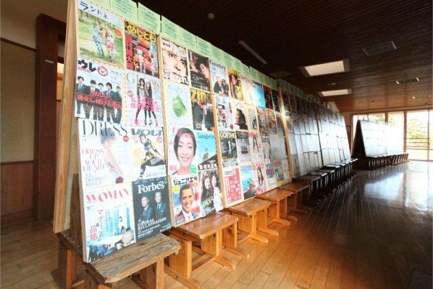 雑誌の創刊号の表紙ばかりを集めた展示スペース