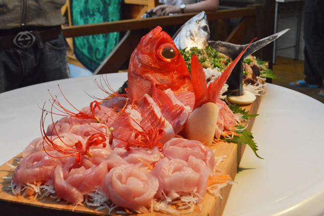 新鮮な魚など豪華な食卓