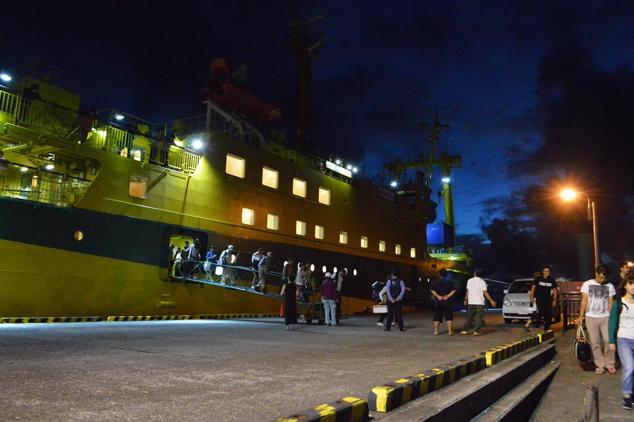 早朝に到着する船