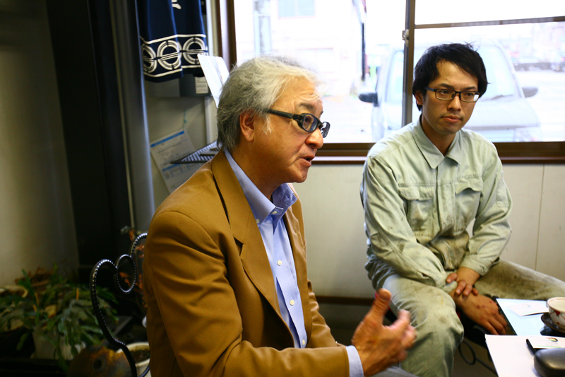 二唐刃物鍛造所の7代目吉澤俊寿さんと8代目となる吉澤剛さん