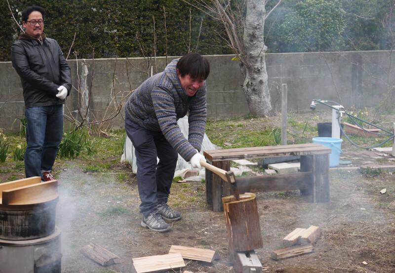 土の環で薪割り体験