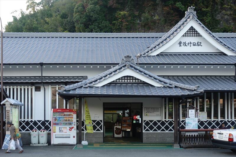山の裾野にあるJR「豊後竹田」駅は風情ある駅舎