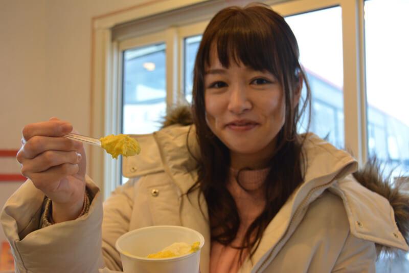 金ヶ崎産の新鮮な牛乳を使用したジェラートを食べる様子