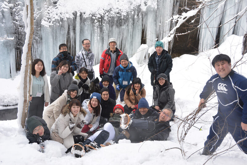 氷瀑の前で記念撮影する様子