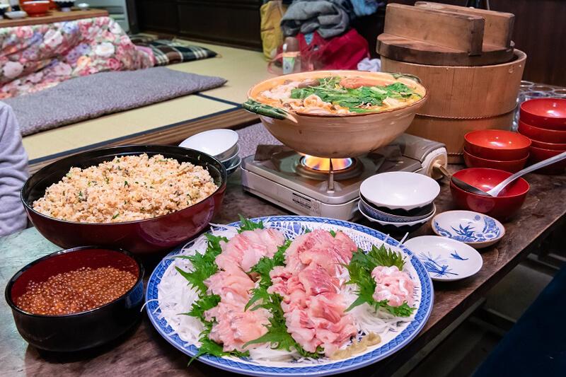豪華な料理が机へと並ぶ