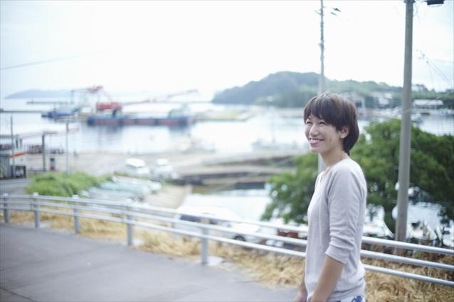 明里さん。宿は港を一望できる高台にある。