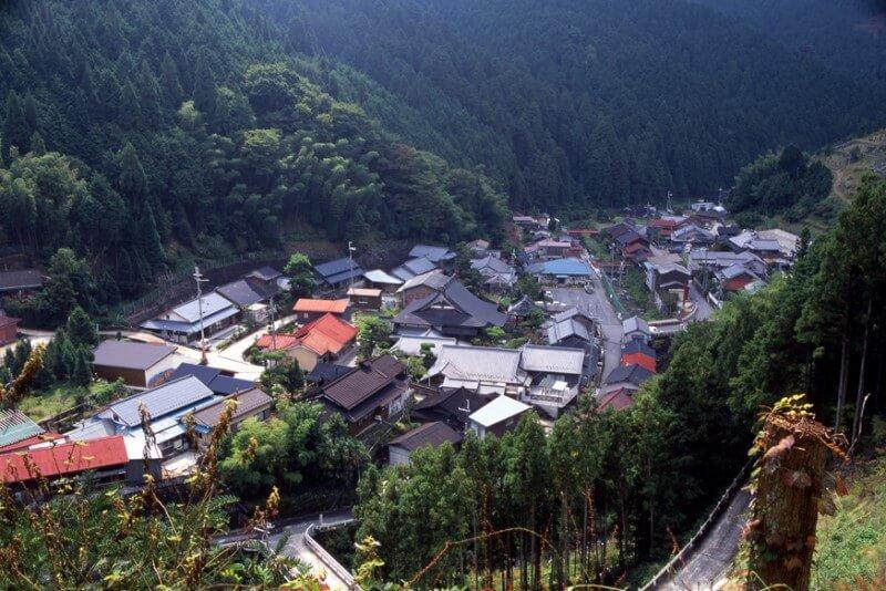 黒滝村赤滝集落。山に囲まれた様子がよくわかる
