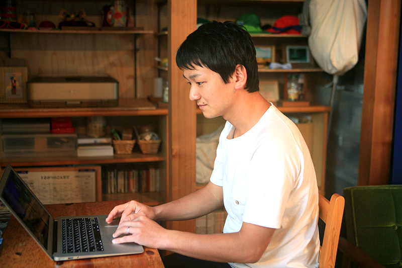 パソコンに向かい仕事をする鈴木さん