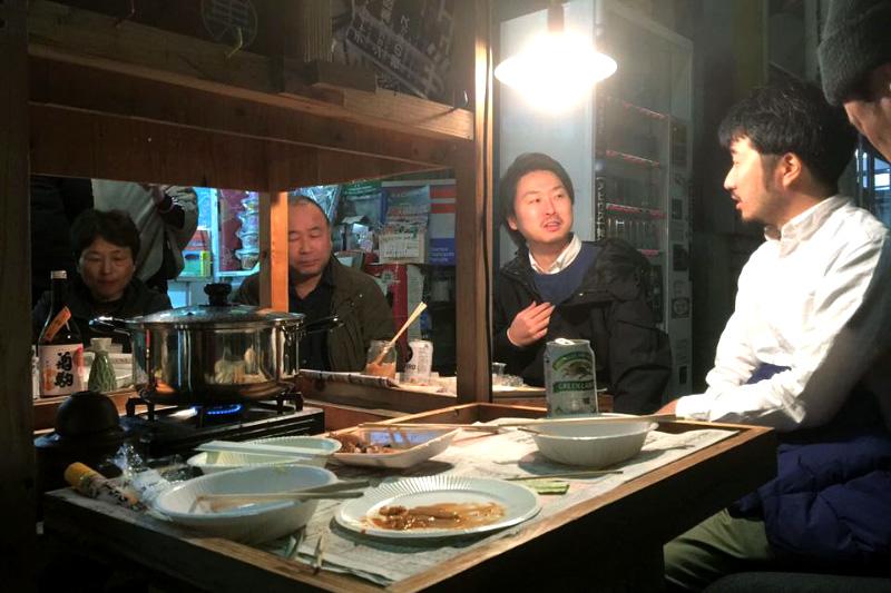 ▲松本茶舗前の屋台交流会に参加する村岡さん