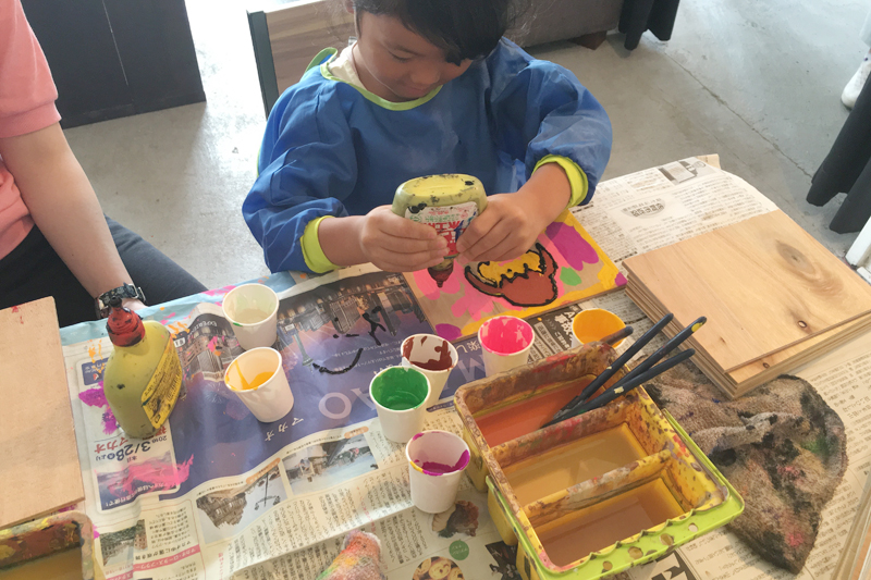 ボンドアートを楽しむ子ども