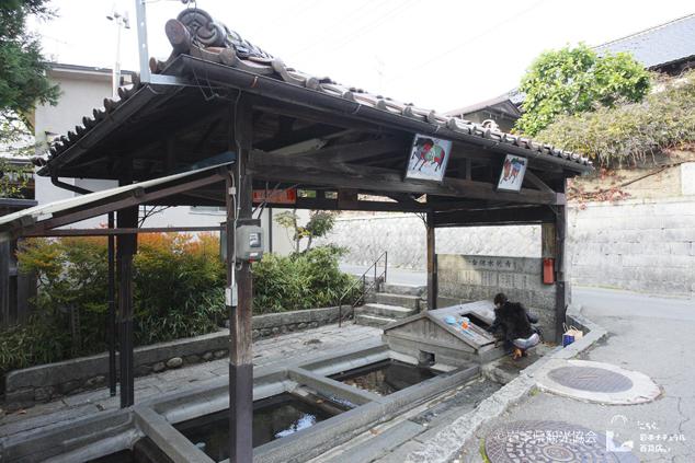 大慈寺(だいじじ)のそばにある水場「青龍水」。今でも生活用水として使われている