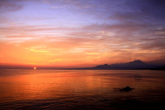 朝日の写真(日本海と大山)