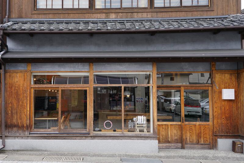 「たけた駅前ホステルcue」が入る建物
