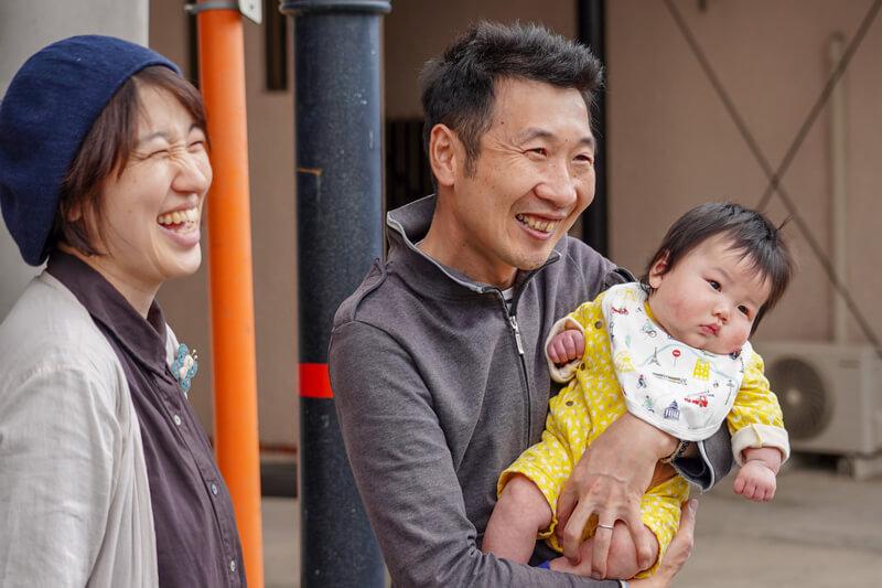 竹田出身だという通りがかりのカップルと談笑する堀場夫妻