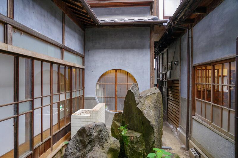 中庭の造作は本格的。明かり取りとしての機能性もある