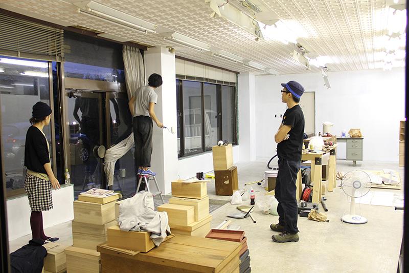 地元の方のご好意で漆器店の一階を借り、改装。自分たちの拠点を作った