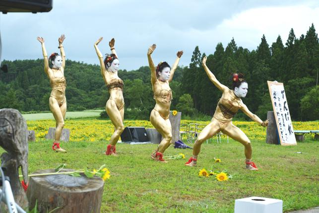 南郷アートプロジェクト」の「金粉ショー」