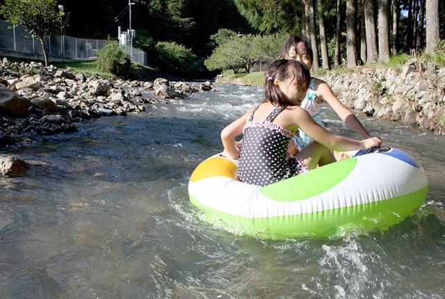 浮き輪で遊ぶ子ども