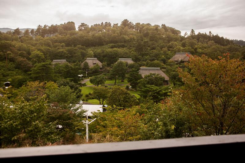 店横のテラスから見下ろす「タプコプ創遊村」の風景。古民家と里山の風景が美しい