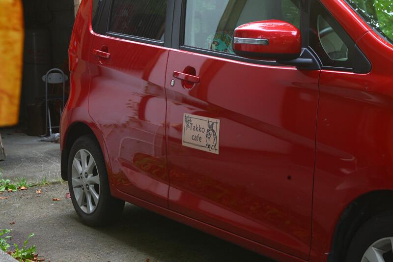 川名さんの愛車、側面にはカフェのロゴシールが