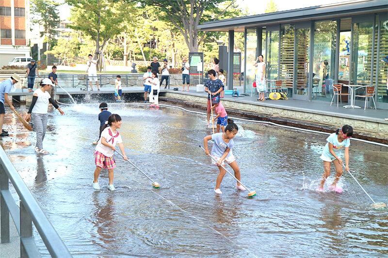 地元の子どもたちと一緒に福井城趾のお堀を掃除