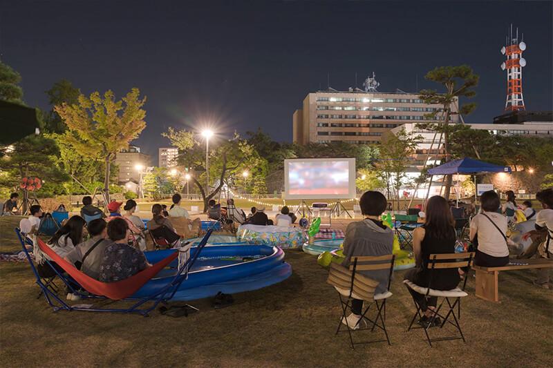 夜には子どもから大人まで野外での映画を楽しんだ