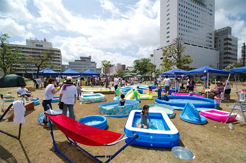 小さな家庭用プールもたくさん集まれば大きな遊び場に