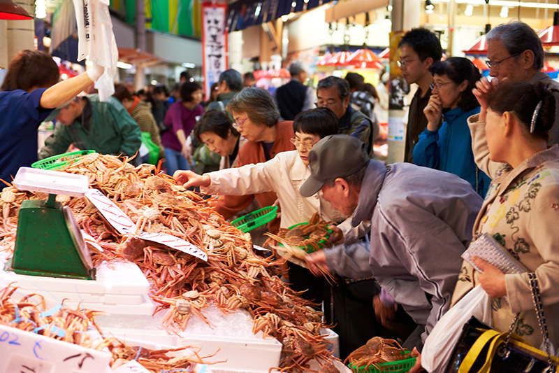 新鮮な魚介類が並ぶ近江町市場