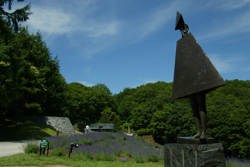 石神の丘美術館(彫刻とラベンダー園)