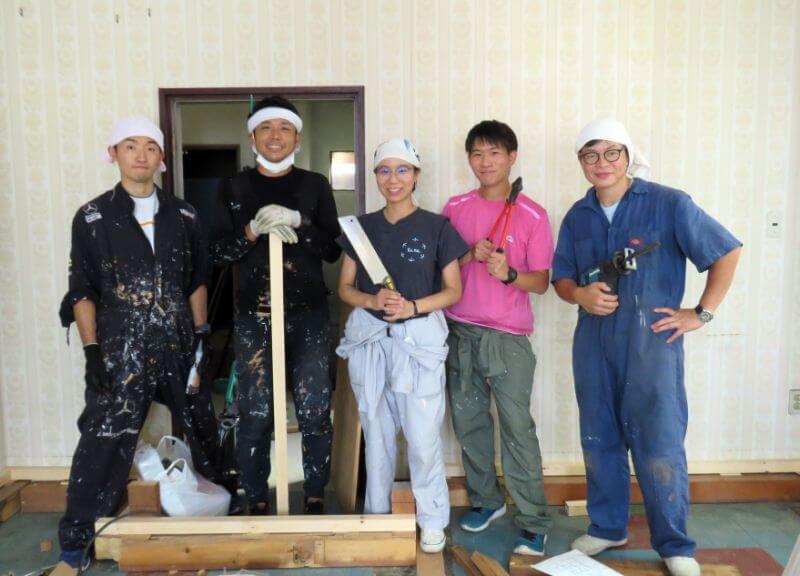 左からツネホステルスタッフの成田さん、萬隊の鈴木さん、森さん、城谷さんと漆原さん