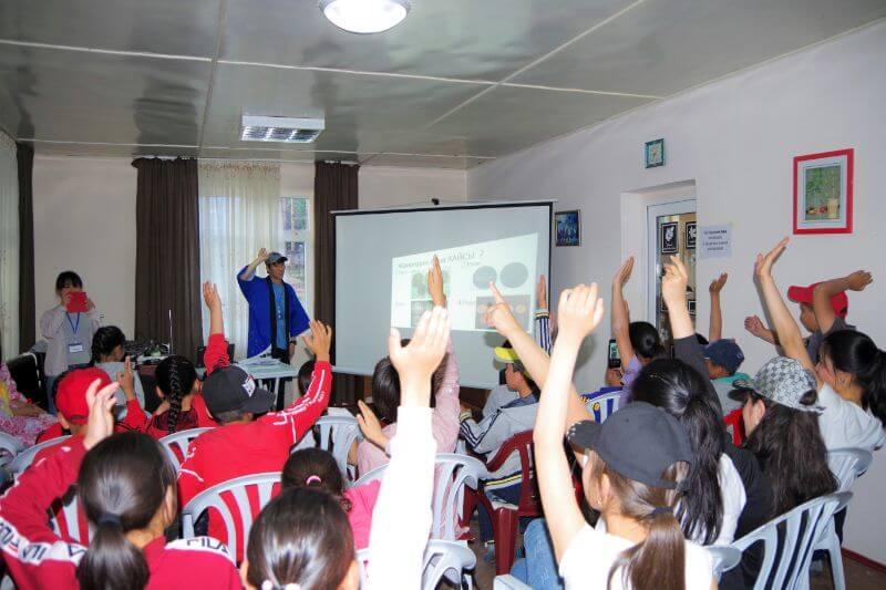 キルギス共和国の小学生~高校生に日本の生活を紹介している城谷さん